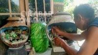 Kerajinan miniatur relif gentong buatan Kariono di Desa Ngusikan, Kabupaten Jombang. KabarJombang.com/M Faiz H/