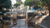 Sungai Gude Ploso Jombang berubah warna menjadi hitam diduga tercemar limbah pabrik gula Djombang Baru dan pabrik ayam di Mojokrapak. KabarJombang.com/M Faiz H/