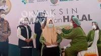 Bupati Jombang Mundjidah Wahab (kedua kiri) didampingi Wakil Bupati, Sumrambah (kiri) saat menyaksikan vaksinasi covid-19 dalam program Bulaga di Kecamatan Tembelang, Kamis (9/9/2021). KabarJombang.com/M Faiz H/