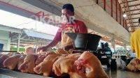 Pedagang ayam potong di pasar peterongan, Jombang, Kamis (30/9/2021). KabarJombang.com/M Faiz H/