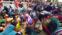 Ratusan warga saling berebut saat sedekah dusun Paras, Desa Turipinggir, Kecamatan Megaluh, Jombang, Jumat (3/9/2021). KabarJombang.com/M Faiz H/