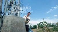 Tampak Atem (50) saat menimba air bersih di sumur Dusun Karangturi, Desa Karangdagangan, Kecamatan Bandarkedungmulyo, Jombang, Sabtu (16/10/2021). KabarJombang.com/M Faiz H/