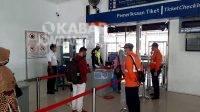 Pemeriksaan tiket calon penumpang kereta api di stasiun Jombang.