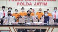 Dua warga Jombang dibekuk polisi bersama jaringan pengedar uang palsu saat rilis di Mapolda Jawa Timur, Kamis (7/10/2021). KabarJombang.com/istimewa/