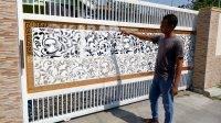 Iwan menunjukkan pagar 3D buatanya. KabarJombang.com/Diana Kusuma/