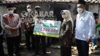 Bupati Jombang Bersama Baznas Jatim Serahkan Bantuan Bedah Rumah