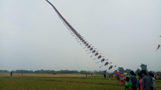 Layang-layang panjang seratus meter diterbangkan di Bareng, Kabupaten Jombang.