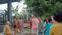 Warga menyaksikan proses pemadaman rumpun bambu Dusun Dayu, Desa Tunggorono, Kabupaten Jombang yang terbakar, Rabu (20/10/2021). KabarJombang.com/Fa'iz/.