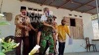 Aksi Anggota Polisi dan TNI di Jombang Gedong Lansia untuk Vaksin Covid-19