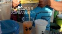 Kesegaran segelas jus 'Shita' di Jalan Kapten Tendean, Pulolor, Kabupaten Jombang