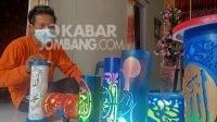 Slamet Hariyanto (42) asal Desa Kedawung, Kecamatan Diwek, Kabupaten Jombang, saat membuat kerajinan lampu malam dengan bahan bekas paralon, Selasa (12/10/2021). KabarJombang.com/M Fa'iz Hasan/