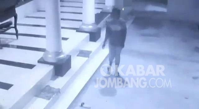 Pelaku pencurian kotak amal masjid di Bareng, Jombang terekam CCTV.