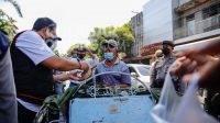 Polisi membagikan makanan yang dibeli dari PKL kepada tukang becak di Jombang, Rabu (13/10/2021). KabarJombang.co,/Istimewa/