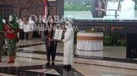 Bupati Jombang Mundjidah Wahab menerima rekor Muri tingkeban massal.