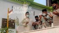 Ketua Umum (Ketum) Pengurus Besar Nahdlatul Ulama (PBNU) dua periode, KH Said Aqil Siradj (kedua kanan) saat berziarah ke makam Hadratussekh KH Abdul Wahab Chasbullah di Tambakberas, Jombang, Kamis (7/10/2021). KabarJombang.com/Fa'iz/