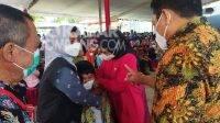 Anggota Dewan Perwakilan Rakyat Republik Indonesia (DPR RI), Sadarestuwati (kedua kanan) saat memantau vaksinasi Covid-19 di Wisata Bale Tani, Kecamatan Bareng, Kabupaten Jombang.
