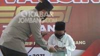 Kapolda Jatim, Irjen Pol Nico Afinta memberikan bantuan kepada santri anak Yatim di Pesantren Mambaul Ma'arif Denanyar Jombang yang ingin jadi Polisi, Rabu (6/10/2021). KabarJombang.com/Fa'iz/