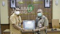 Direktur RSUD Jombang, Pudji Umbaran menerima penghargaan BPJS Kesehatan Awards 2021.